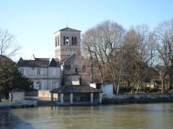 Depuis le pont, vue sur le lavoir et l'église